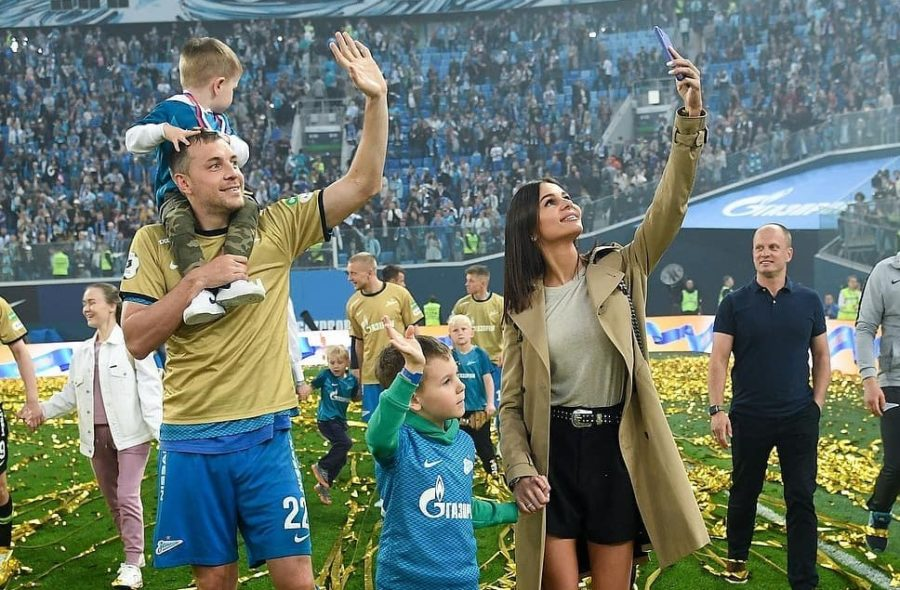 Артем Дзюба, его жена Кристина и сыновья Никита и Максим